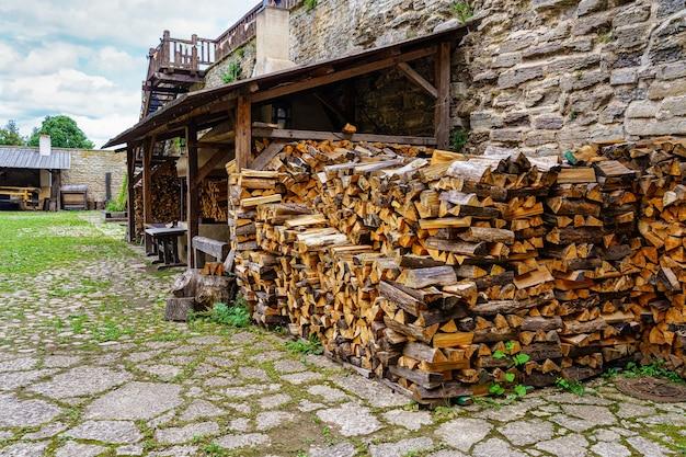 Рубленные и складываемые дрова на улице средневекового вида. эстония.
