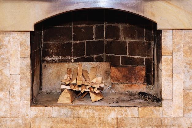 Дрова в камине, чтобы разжечь огонь.
