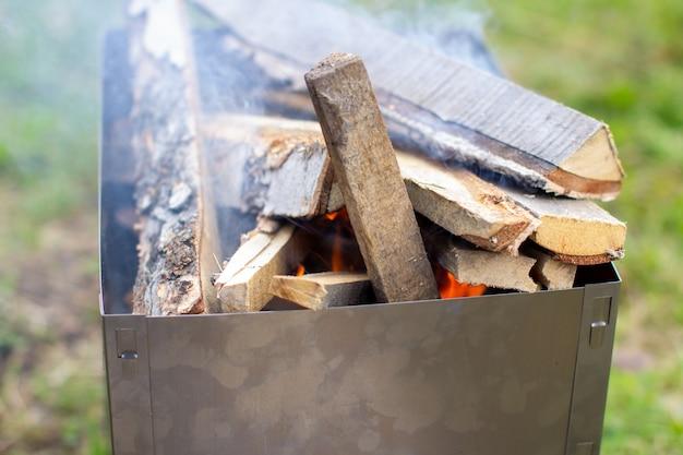 Дрова кладут в металлическую решетку и поджигают. отдых на свежем воздухе. 1