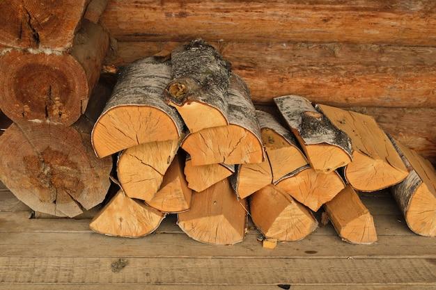薪を壁にウッドパイルに入れました。