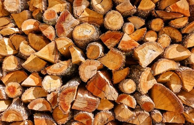 Дрова - стопка деревянных бревен, деревянный текстурированный фон