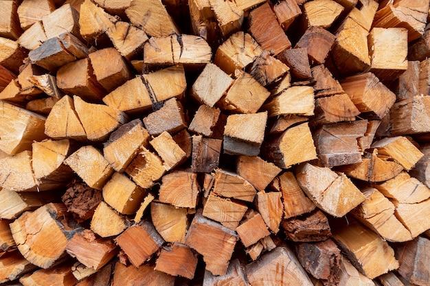 薪。積み上げログ。冬の薪の準備。