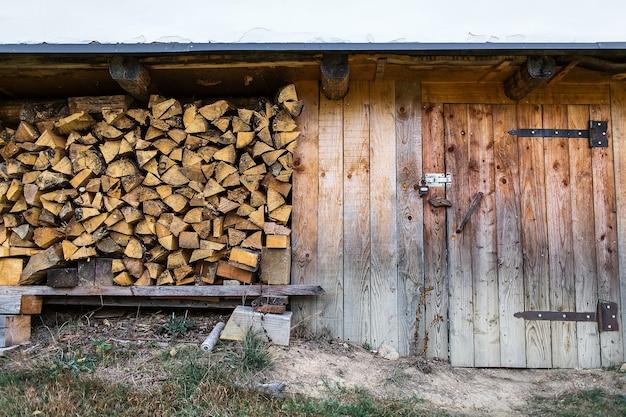 納屋の入り口近くに薪が積み上げられていました。