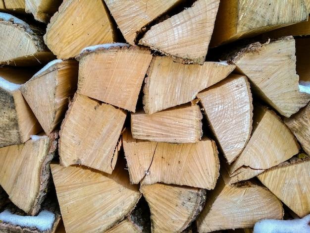 Дрова, стеки дров в лесу.