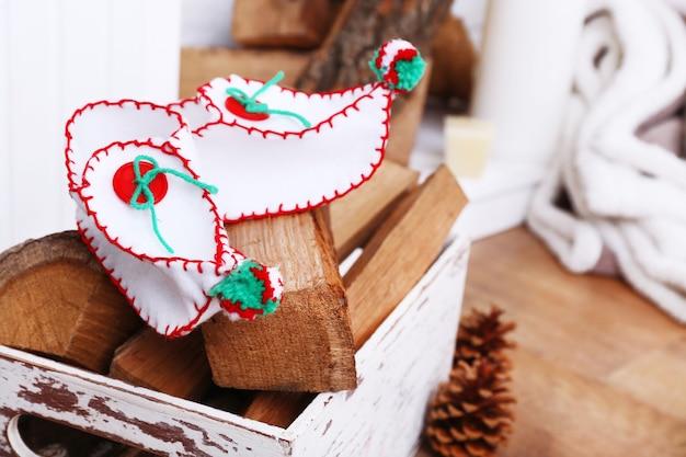 木製の床面にクリスマスの靴と薪