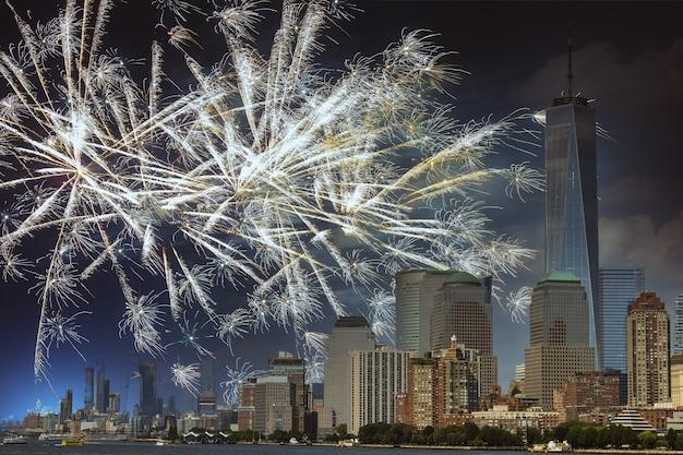 マンハッタン上空の花火と夜の街の花火