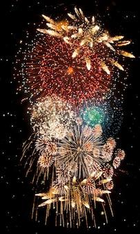 Фейерверк и в новогоднюю ночь. абстрактный фон праздник.