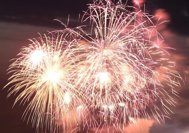 夜の街の下の花火の背景