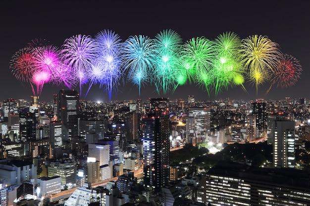夜の東京の街並みを祝う花火