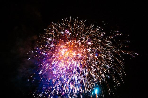 Фейерверк освещает небо ослепительным дисплеем