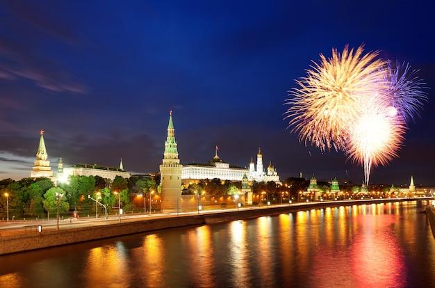 モスクワクレムリンとモスクワ川の花火。ロシアのモスクワ。戦勝記念日のお祝い