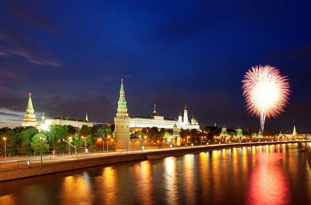モスクワクレムリンとモスクワ川ロシア戦勝記念日の花火