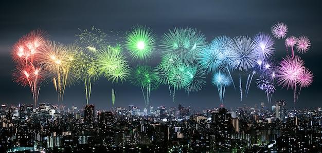 Фейерверк над токио городской пейзаж ночью, япония
