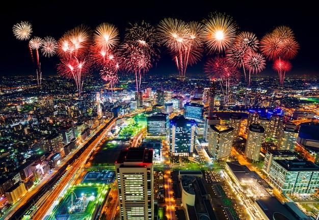 Фейерверк над иокогама городской пейзаж ночью, япония