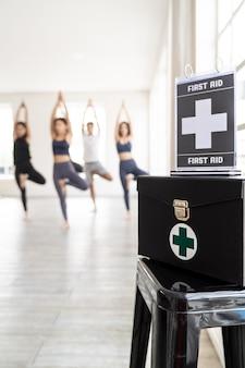 フィットネスジムの安全のための看板が付いている救急箱