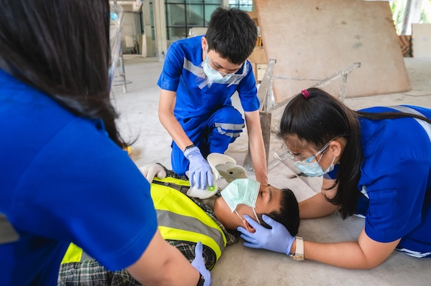 頭部外傷の応急処置および作業中の労働者のすべてのトラウマ事件について考慮されます。患者を転送するための応急処置トレーニング、感覚の喪失または正常な動きの喪失。