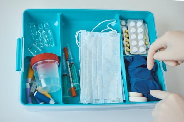 応急処置キットをクローズアップ。医薬品と家庭薬ボックス。ヘルスケアおよび医学の概念。