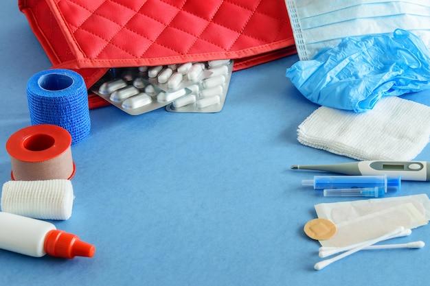 Аптечка первой помощи на синем, плоская планировка. аптечка первой помощи.