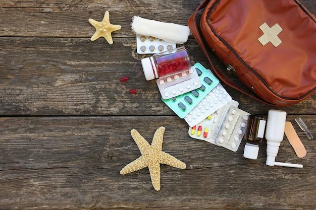 Аптечка на старых деревянных фоне