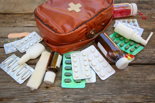 Аптечка первой помощи на старом деревянном столе
