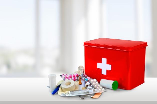 Аптечка с медикаментами на фоне