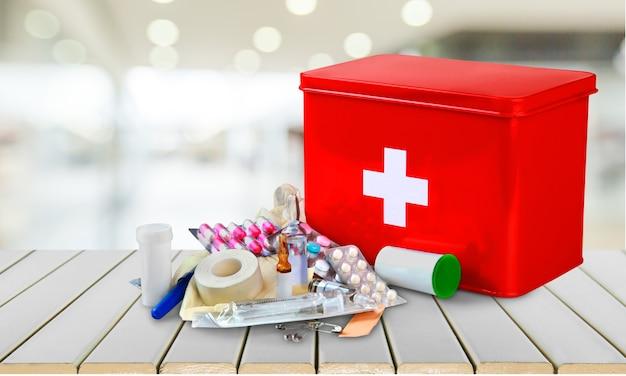 Аптечка с медикаментами на светлом фоне