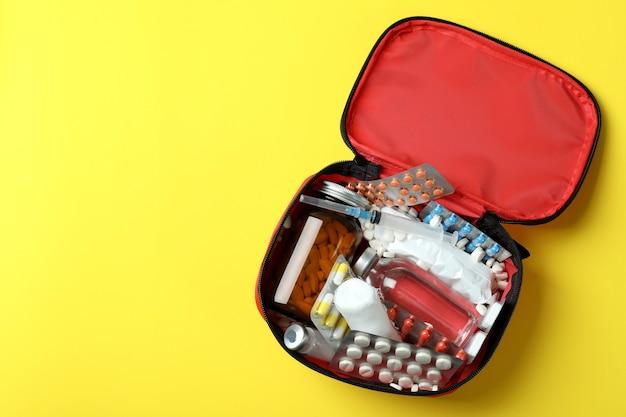 黄色の背景に応急処置医療キット