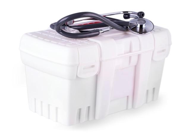 Первая помощь и стетоскоп на белом изолированном фоне.