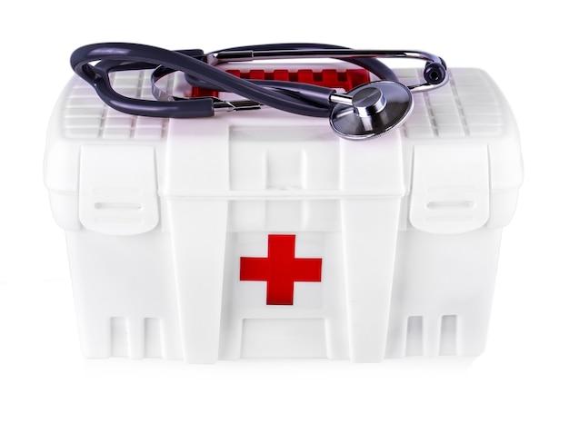 Первая помощь. аптечка на белом изолированном фоне.