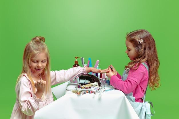 Primo cliente. bambina che sogna la professione di artista delle unghie. infanzia, pianificazione, educazione, concetto di sogno. vuole diventare impiegato di successo nell'industria della moda e dello stile, artista di manicure.