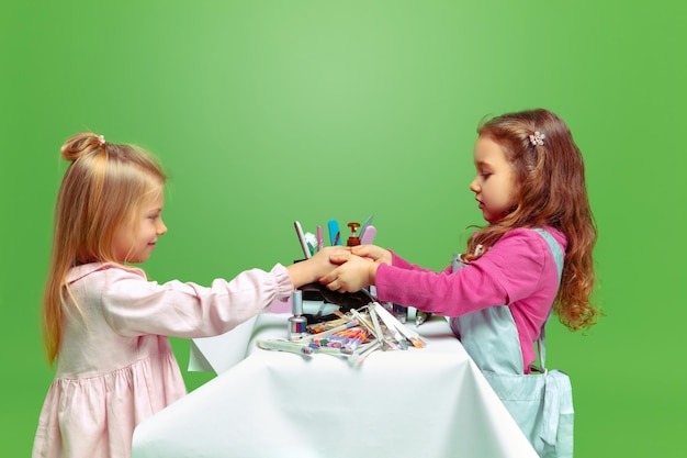 Primo cliente. bambina che sogna la professione di artista delle unghie. infanzia, pianificazione, educazione, concetto di sogno.