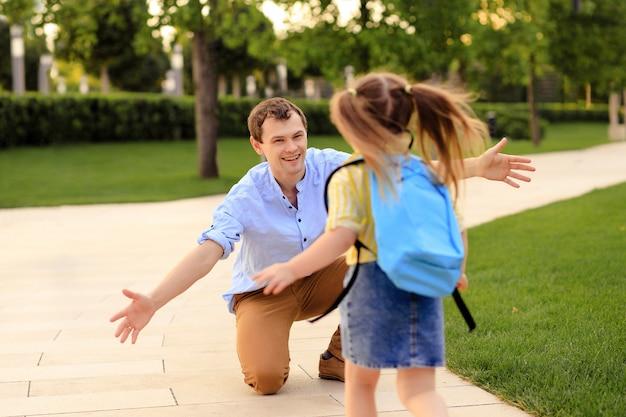 学校の最初の日。父は小学校1年生の女の子をリード