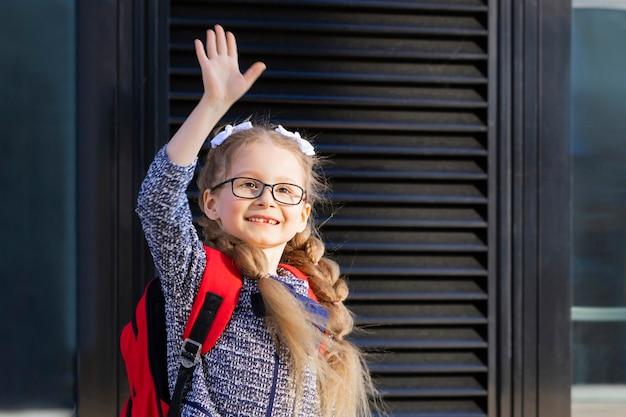 初日の落下。学校の子供たちに戻る。一年生の女子高生。レッスンの開始。子波手