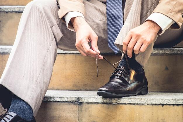 Первый день на работе бизнесмен готовится к гонке в бизнесе