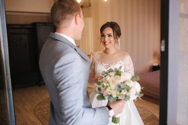 結婚式の日の新郎と新婦の初見。結婚式のカップルの出会い