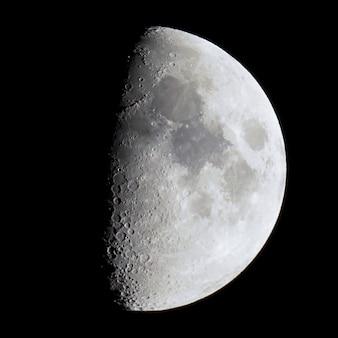 望遠鏡で見た第1四半期の月