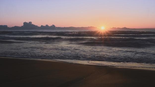 바다에서 일출 태양의 첫 번째 광선. 지중해 프리미엄 사진