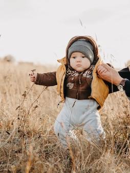 가을 자연에서 소년 아이의 첫 단계