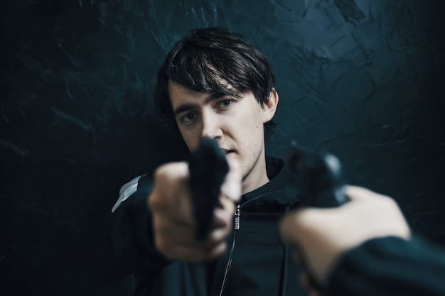 권총을 든 남자를 겨누는 총을 든 1인칭 시점