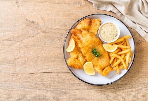Рыба и чипсы с картофелем фри. нездоровая пища