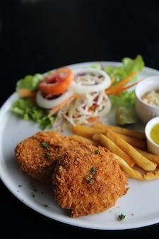 Рыба с жареным картофелем с соусом