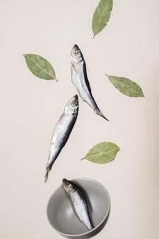 Рыба и листья с миской