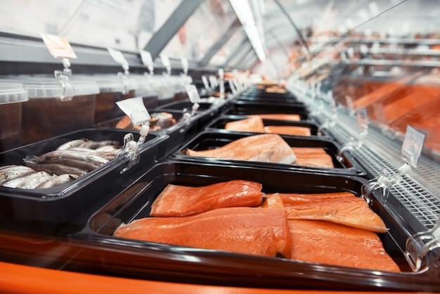 市場での魚やシーフードの屋台