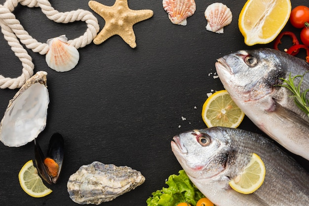 Disposizione dei pesci con vista dall'alto di conchiglie