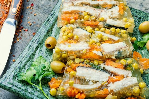 접시에 생선 aspic