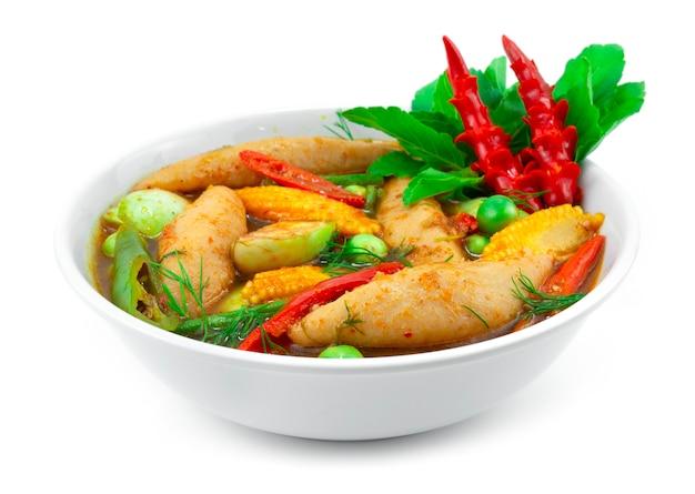 フィッシュボールスパイシーなレッドカレーの春のスープとハーブタイ料理ローカルスタイルは、唐辛子と野菜のサイドビューを彫って飾る