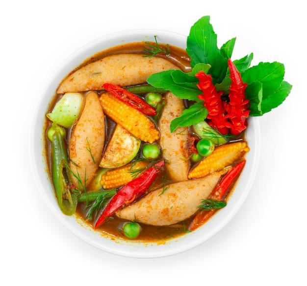 フィッシュボールスパイシーなレッドカレー春のスープとハーブタイ料理ローカルスタイルは、唐辛子と野菜の彫刻で飾るトップビュー