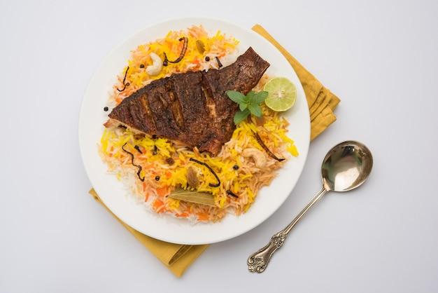 Рыба бирьяни или рыба рис - популярный индийский невегетарианский рецепт из рыбы, маринованной с индийскими специями, свежей зелени и приготовленной с рисом басмати, выборочный фокус