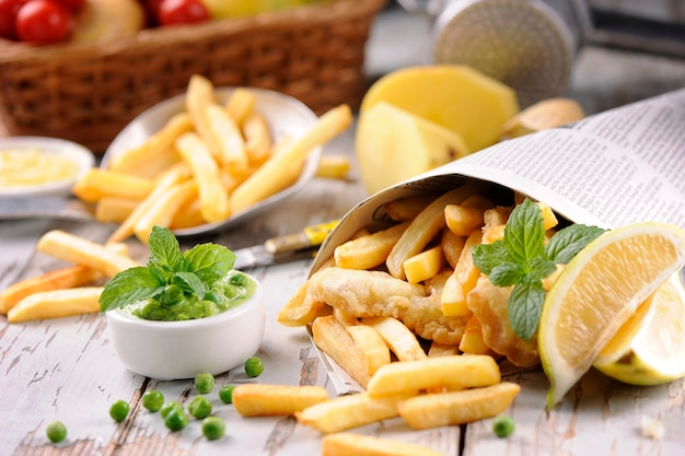 Рыбные чипсы в деревянном столе