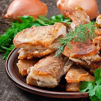 魚料理-魚のフライとハーブ